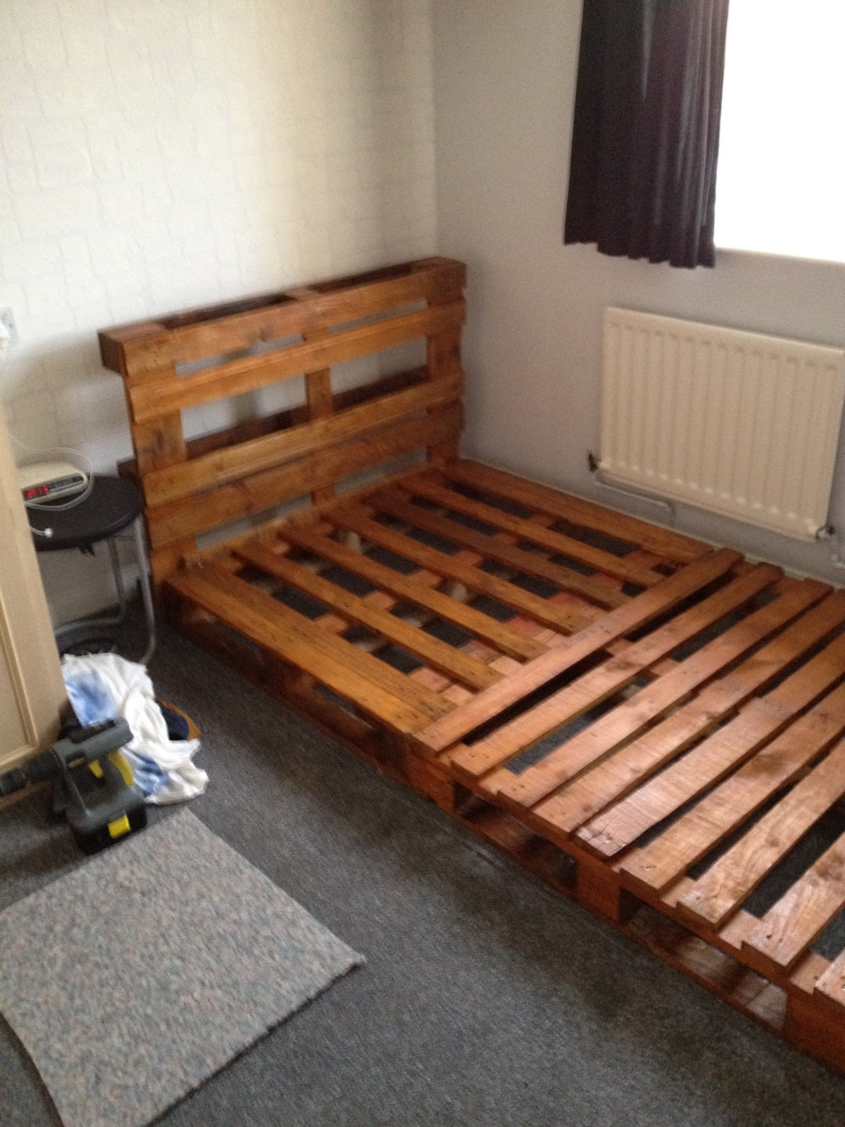 Image of: small wooden pallet bed