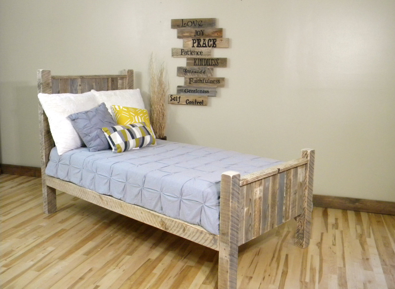 Image of: very small wooden pallet bed