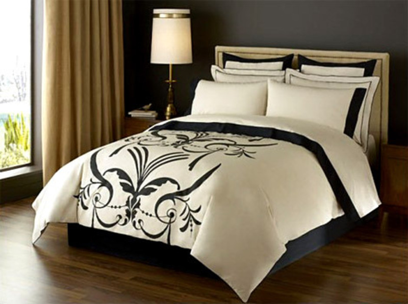 Image of: Contemporary Luxury Bedding with Lamp