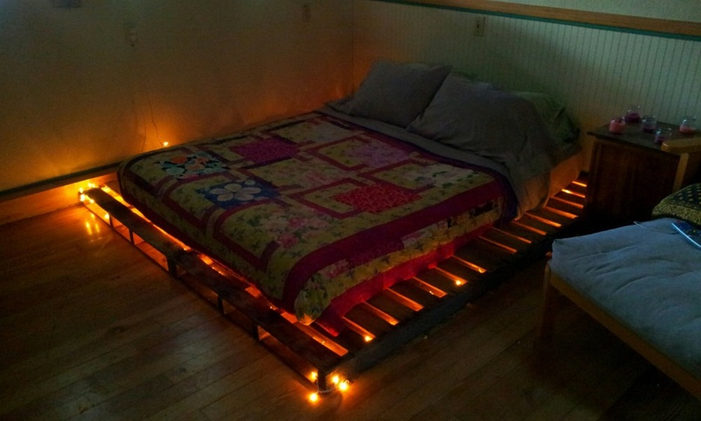 Image of: Beds Made Out Of Pallets With Lights