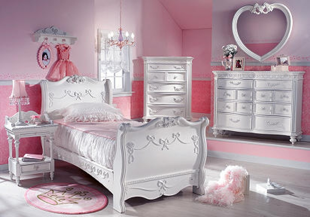 Image of: Little Girl Disney Princess Bedroom Furniture