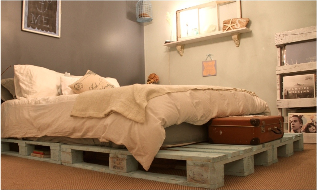Image of: Pallet Furniture Bed Color