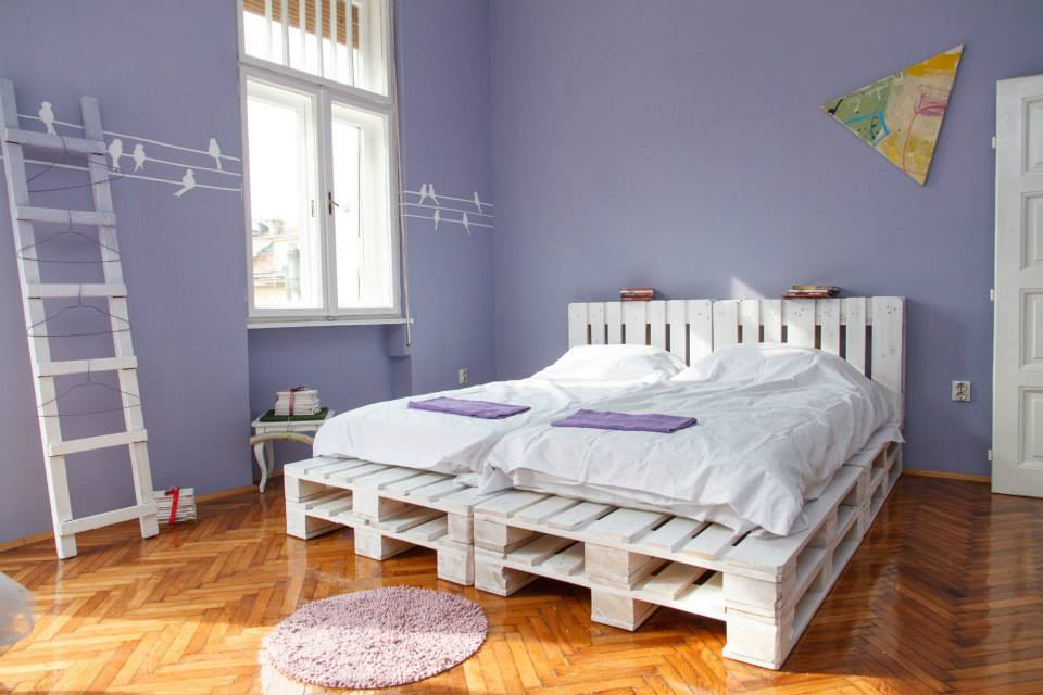 Image of: White Pallet Furniture Bed