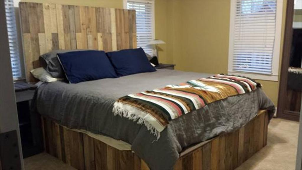 Image of: Wooden Pallet Bed Frame Shelves