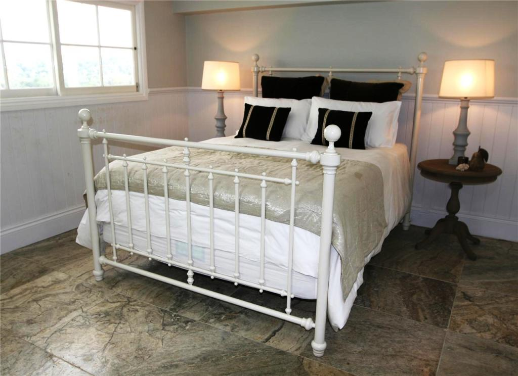 Image of: Unique Queen Size Metal Bed Frame