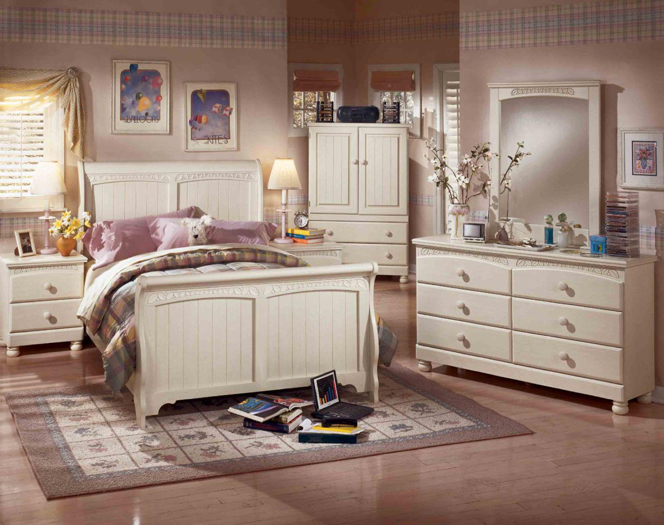 Image of: Cottage Retreat Sleigh Bedroom Set