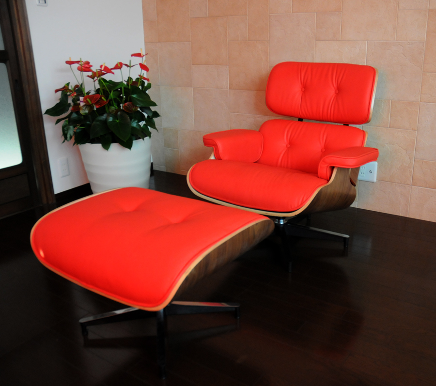 Image of: Eames Lounge Chair and Ottoman Red