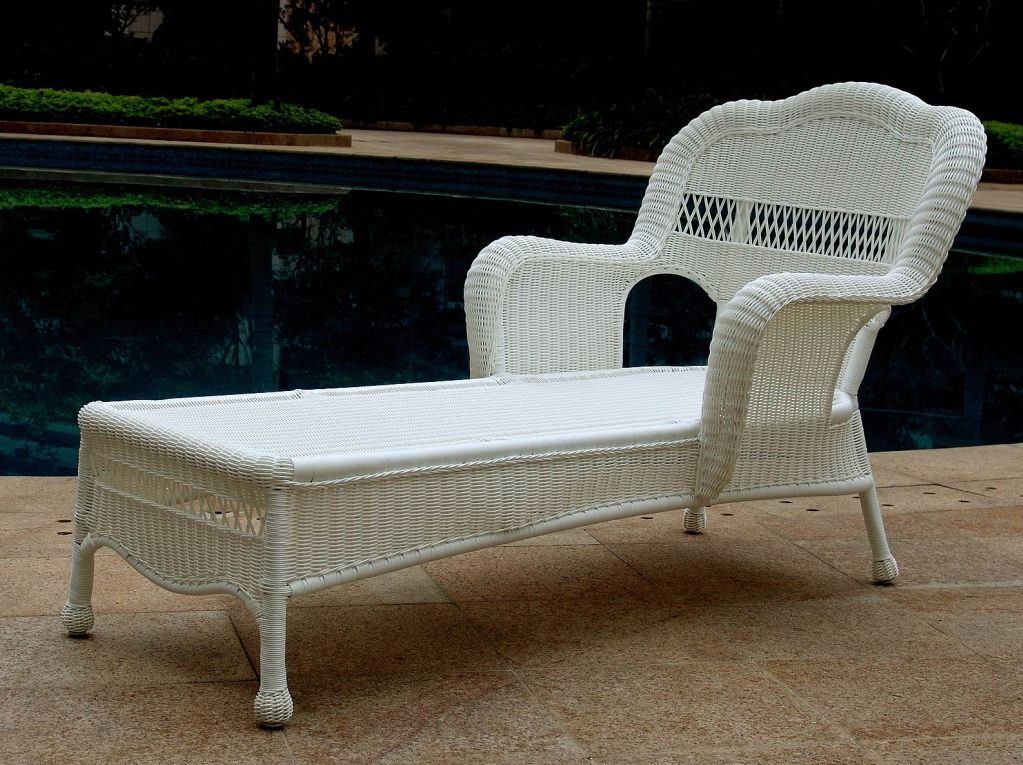 Image of: White Wicker Lounge Chair