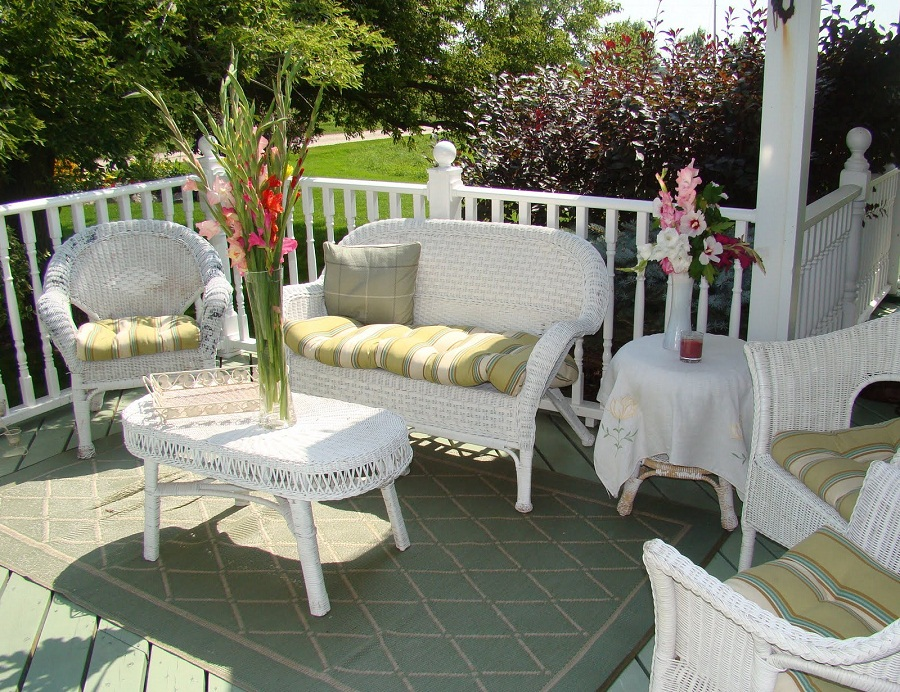 Image of: White Wicker Patio Furniture Color