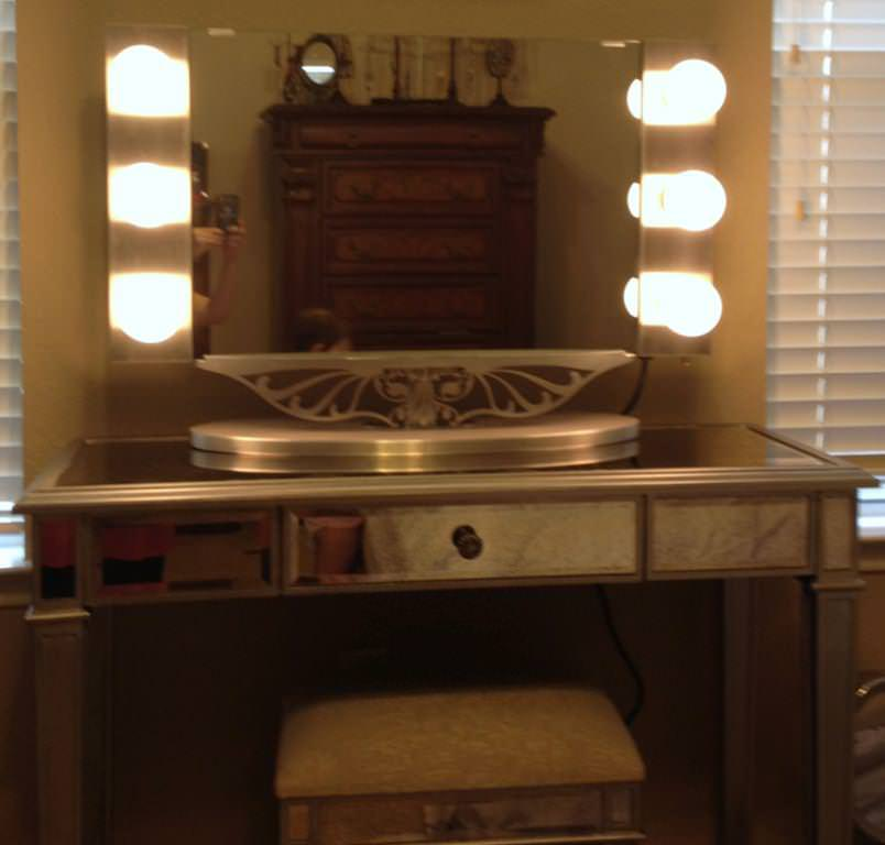 Amazing Vanity Table with Lighted Mirror
