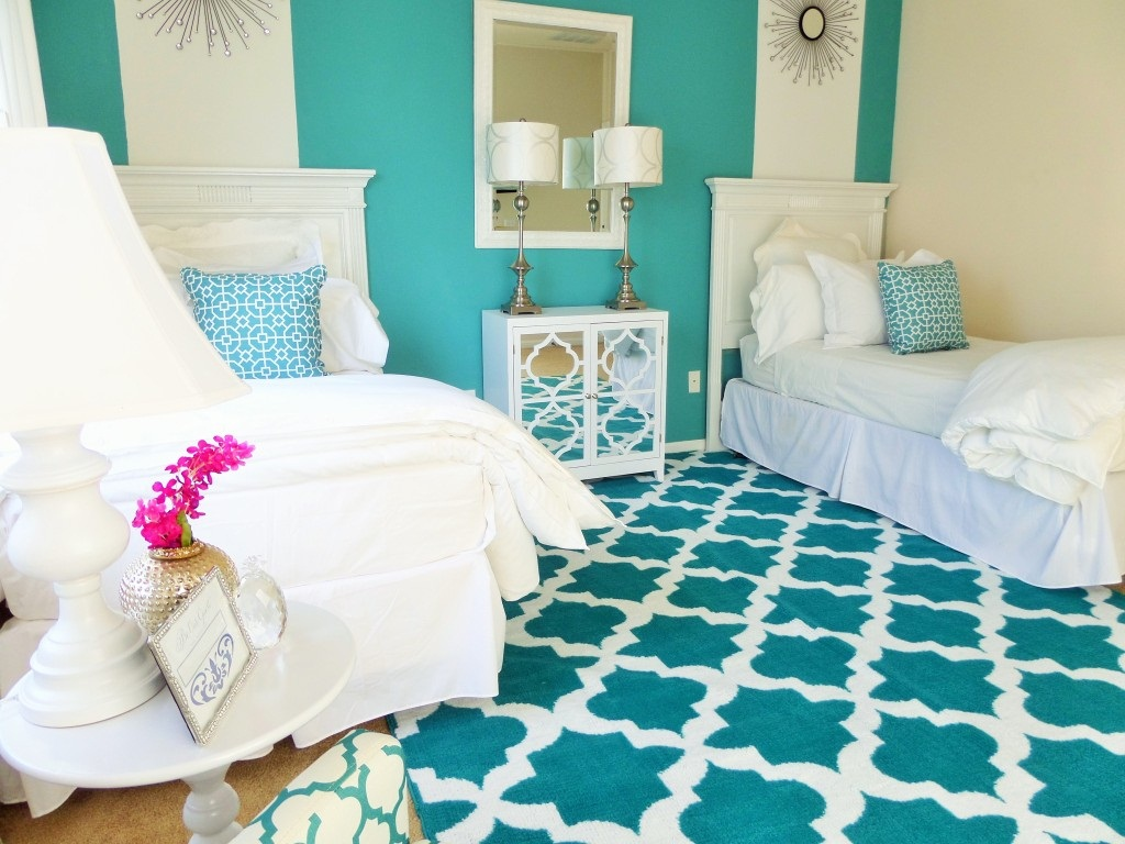 Image of: Antique Guest Room Bed Ideas