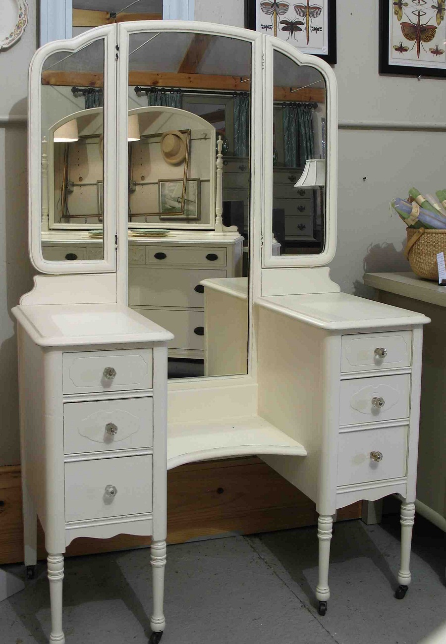 Image of: Antique Vanity with Mirror Colors