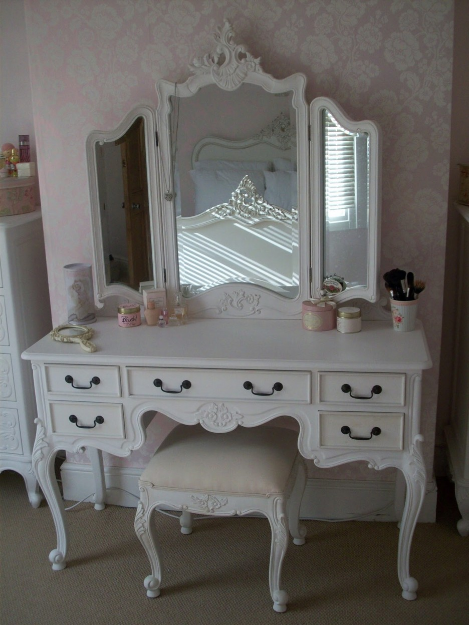 Image of: Antique Vanity with Mirror Style Ideas