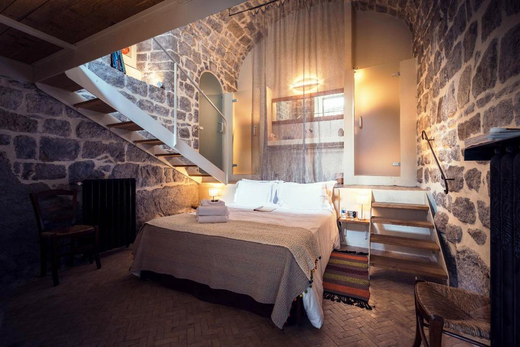 Image of: Appealing Rustic Cabin Bedrooms