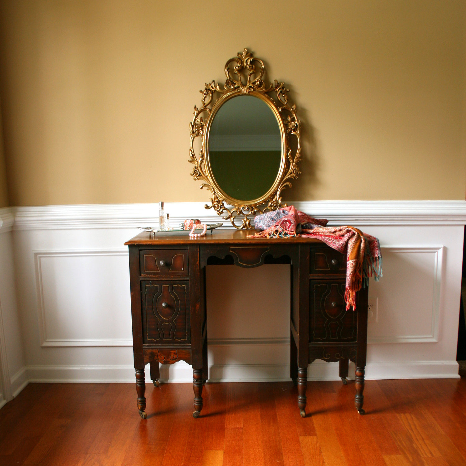 Image of: Beautiful Mirrored Vanity Table