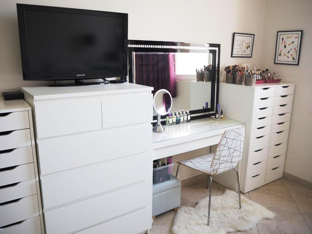 Image of: Bedroom Vanity Table Without Mirror