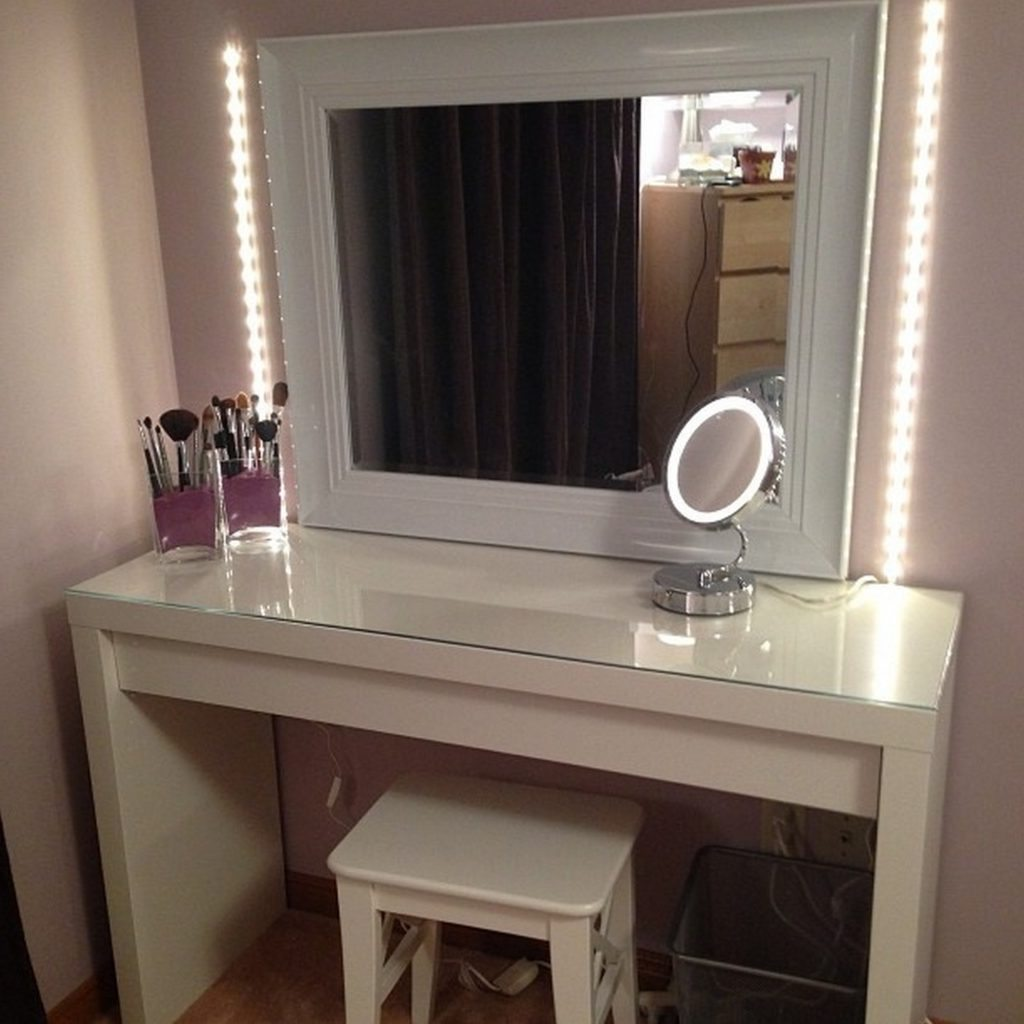 Image of: Bedroom Vanity Table with Lighted Mirror