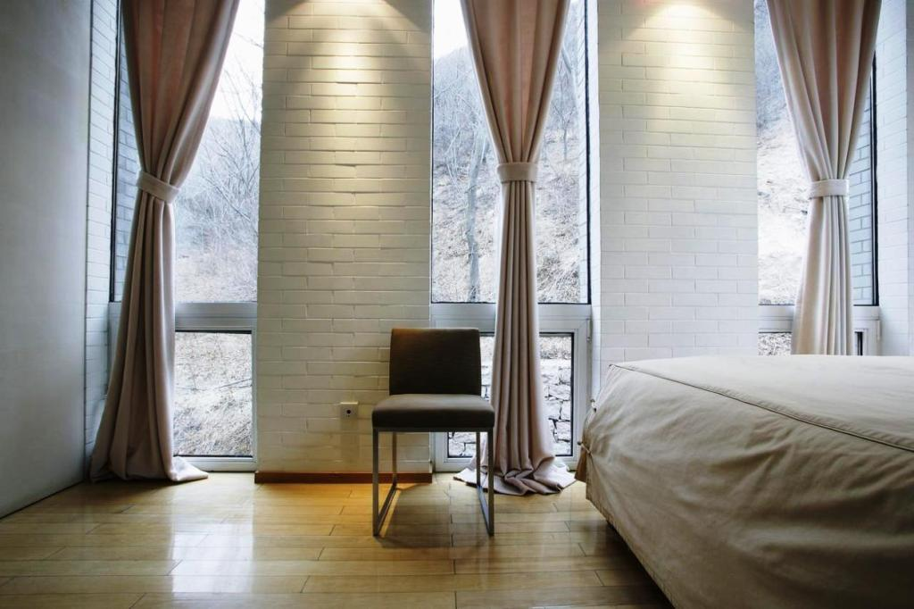 Image of: Contemporary Bedroom Curtain Ideas