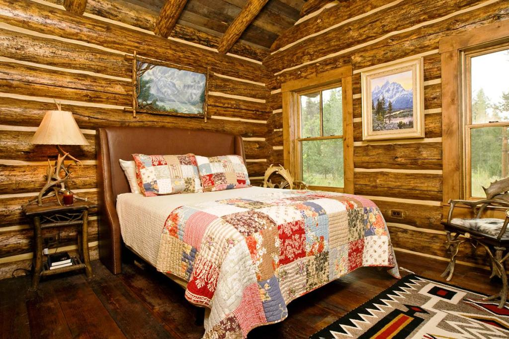 Image of: Elegant Rustic Cabin Bedrooms