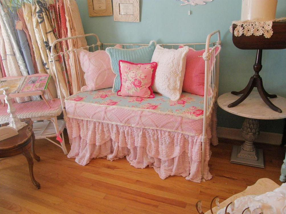 Image of: Iron Daybed With Trundle