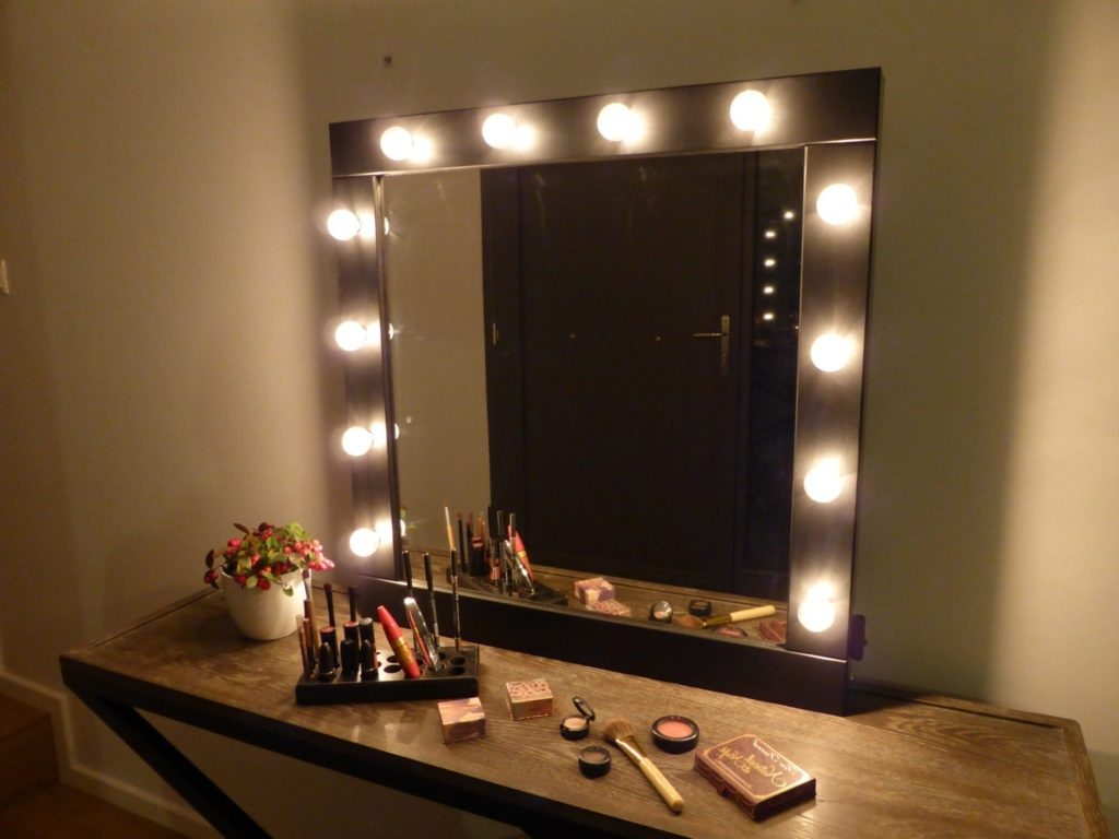 Image of: Large Vanity Mirror with Light Bulbs