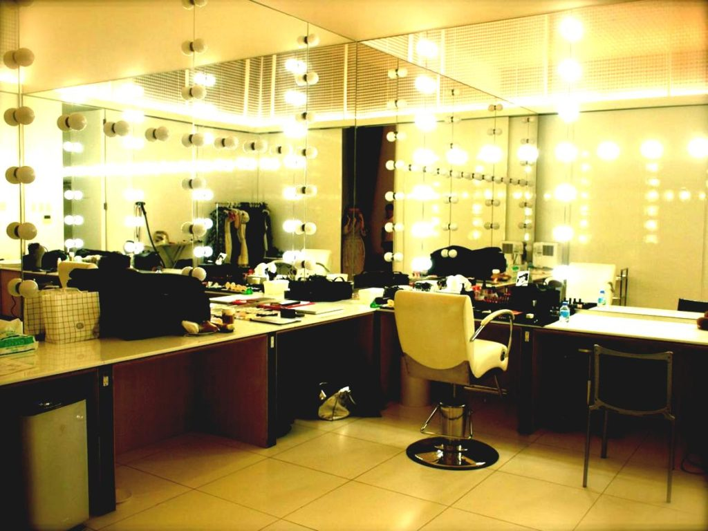 Image of: Large Vanity Set with Lighted Mirror