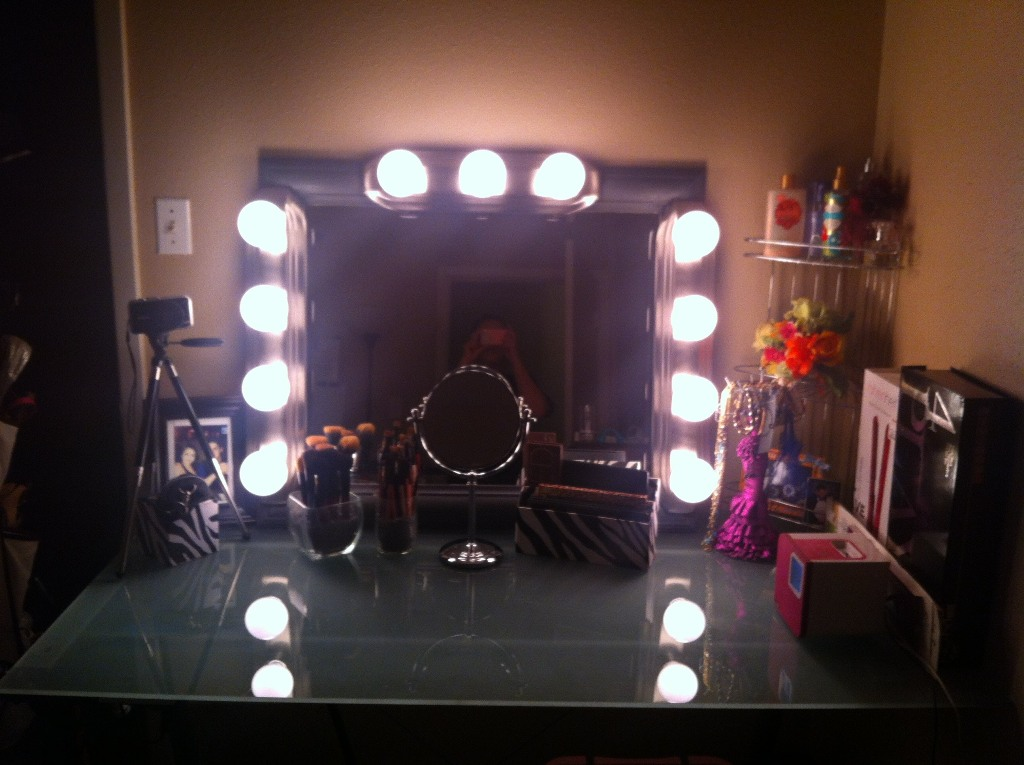 Image of: Makeup Vanity Mirror With Light Bulbs