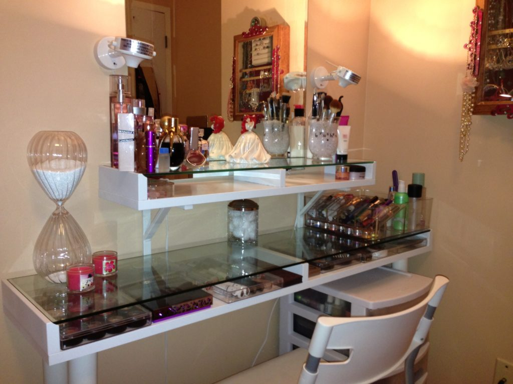 Image of: Makeup Vanity Set with Lighted Mirror Ideas