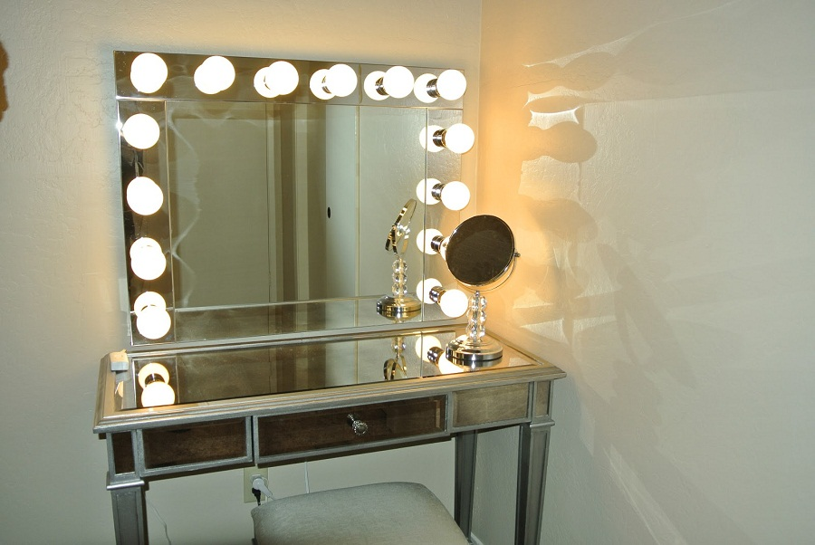 Image of: Mirrored Vanity Desk with Lamps