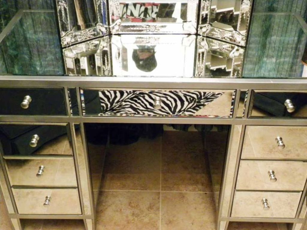 Image of: Mirrored Vanity Set With Storage