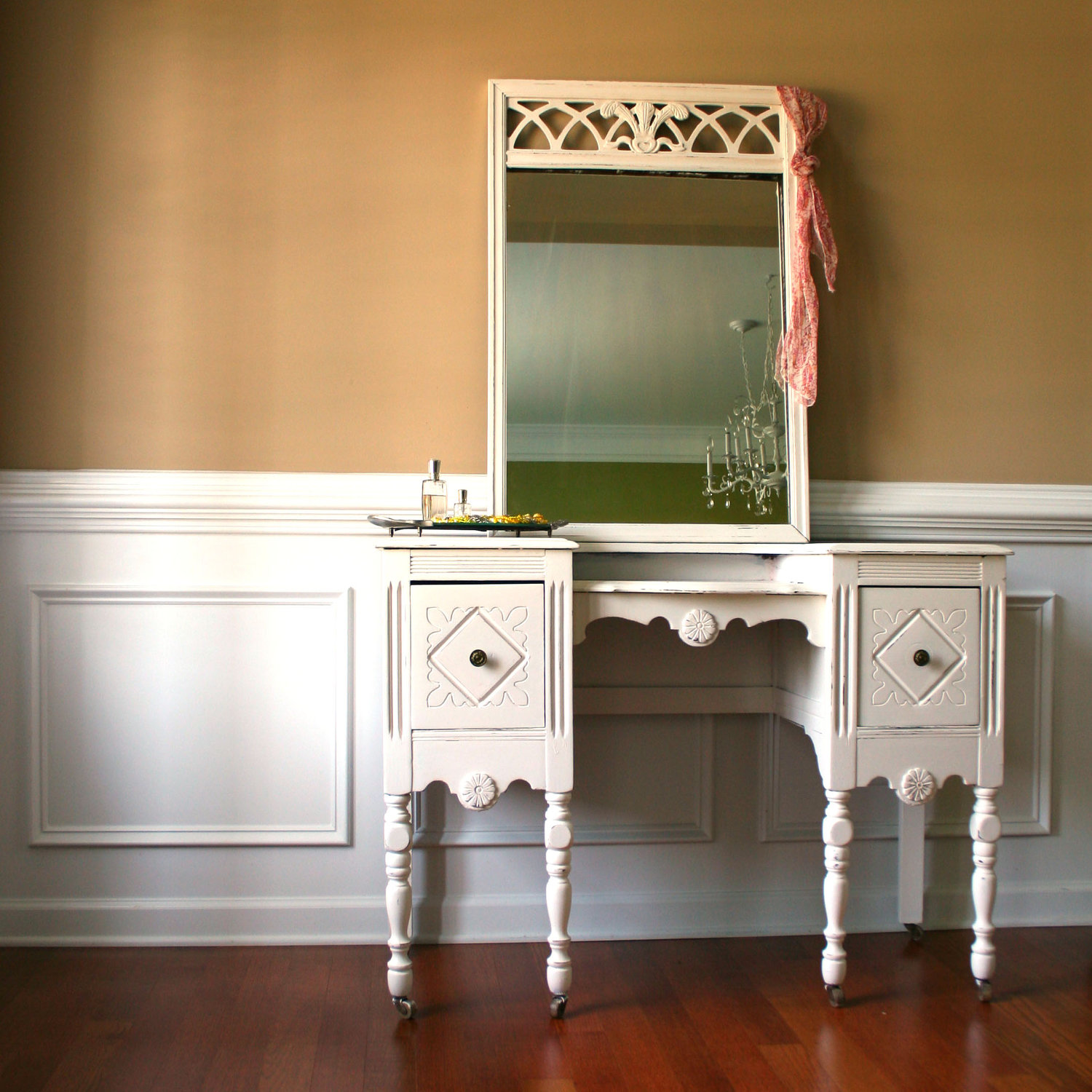 Image of: Mirrored Vanity Table Decoration