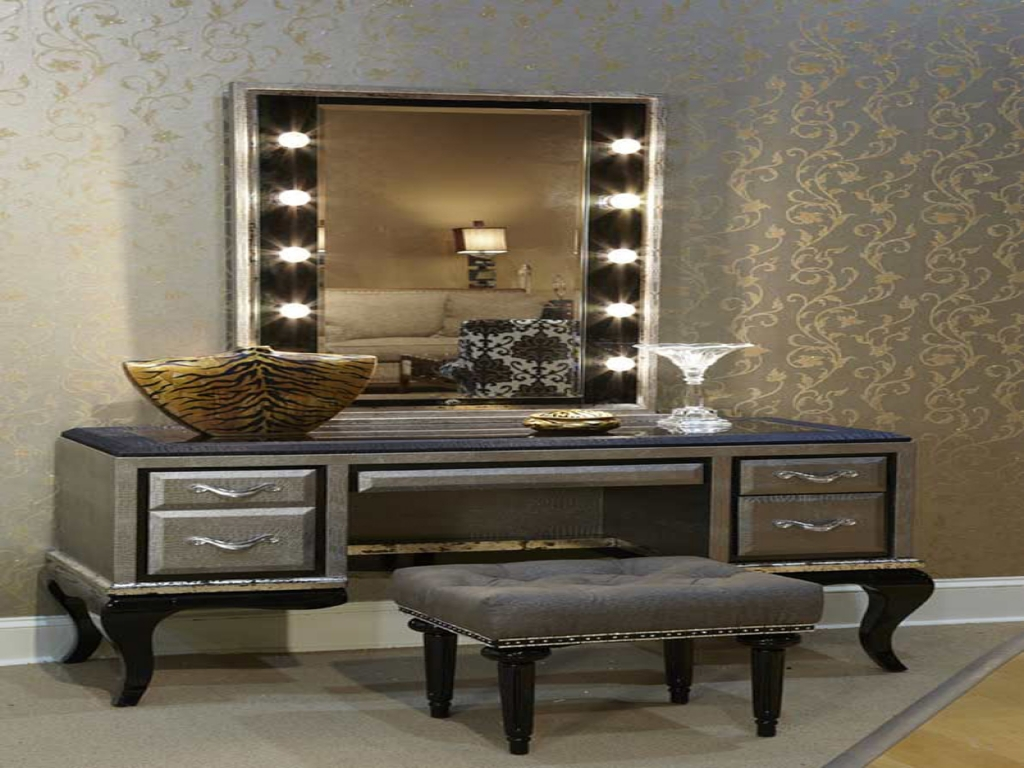 Image of: Modern Vanity Set with Lighted Mirror