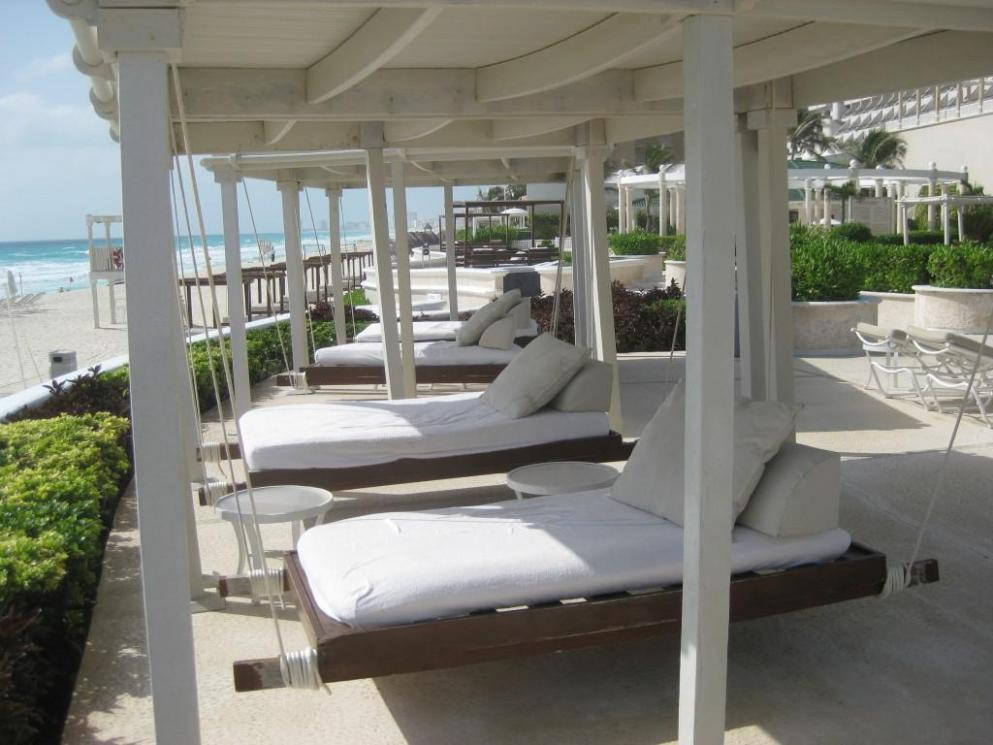 Image of: Outdoor Swing Bed With Canopy