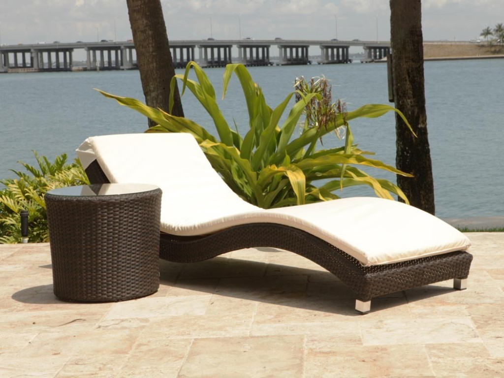 Image of: sandy cove wicker lounge chair