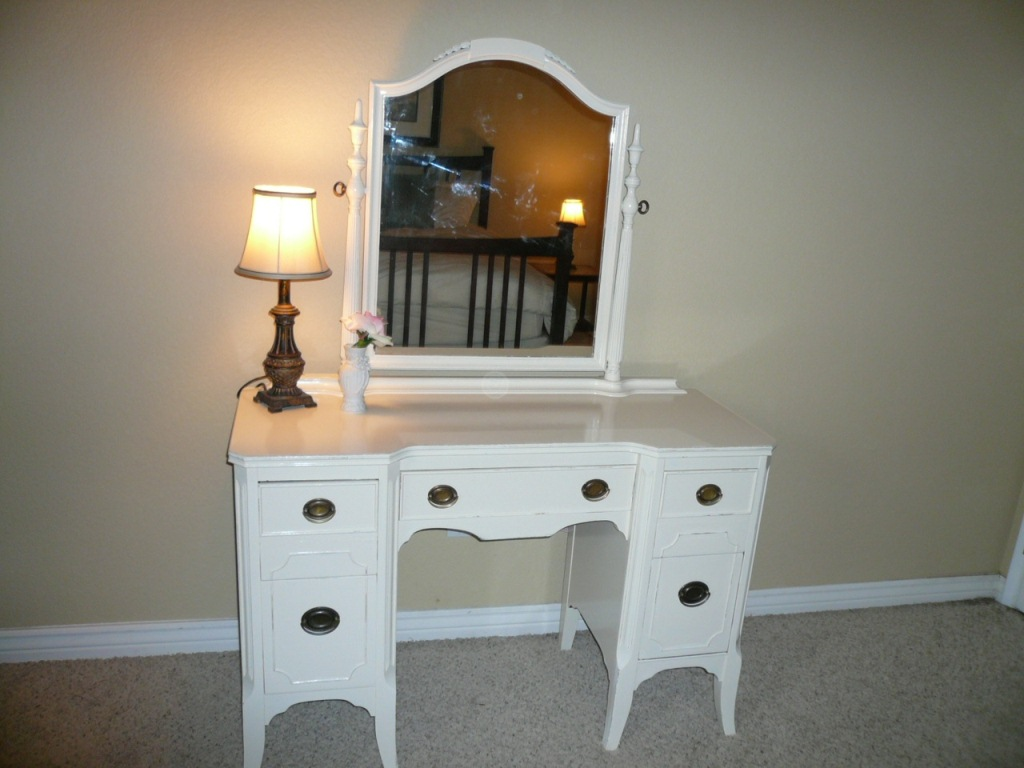 Image of: Simple Vanity Table with Lighted Mirror