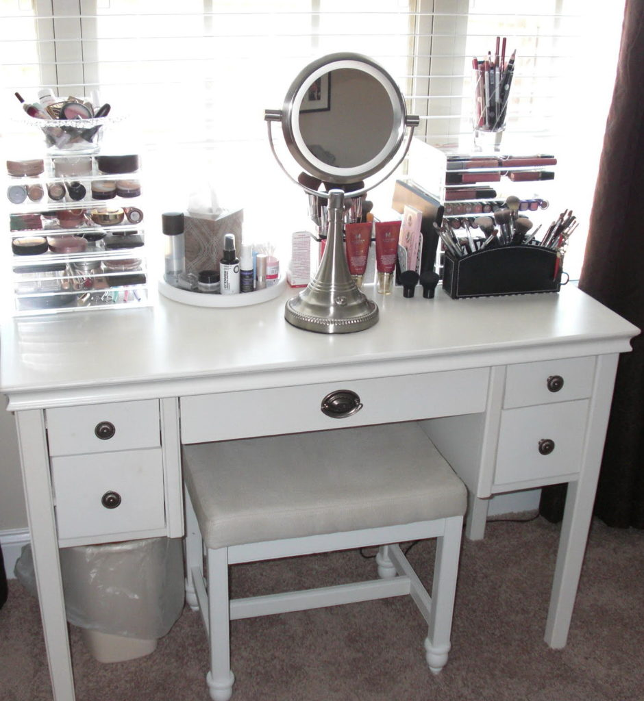 Image of: Small Vanity Table with Lighted Mirror Ideas