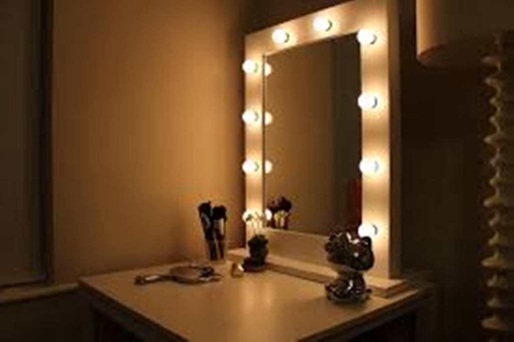 Image of: Table Top Vanity Mirror with Light for Women's Bedroom Ideas