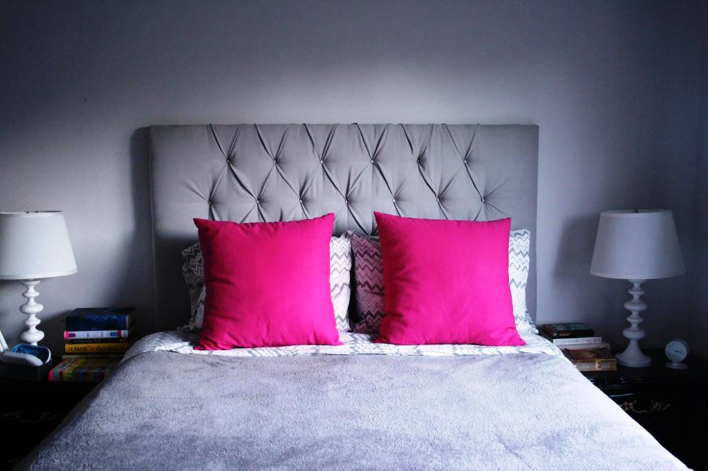 Image of: Throw Pillows For Bed Decorating