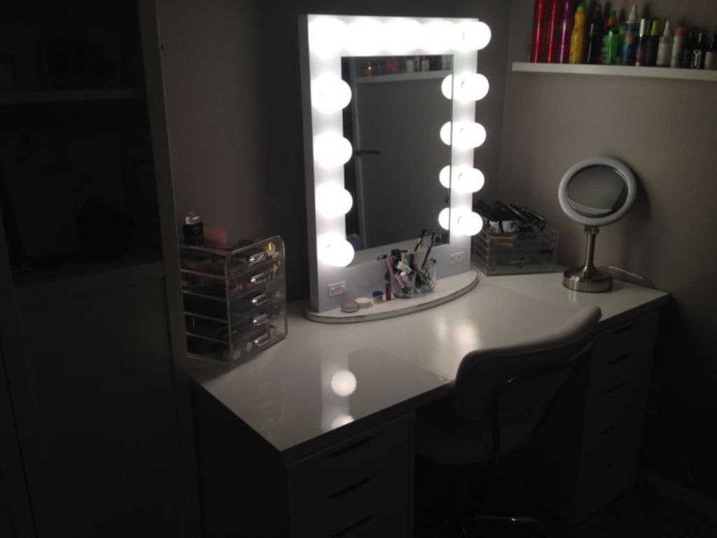 Image of: Traditional Table Top Vanity Mirror With Light