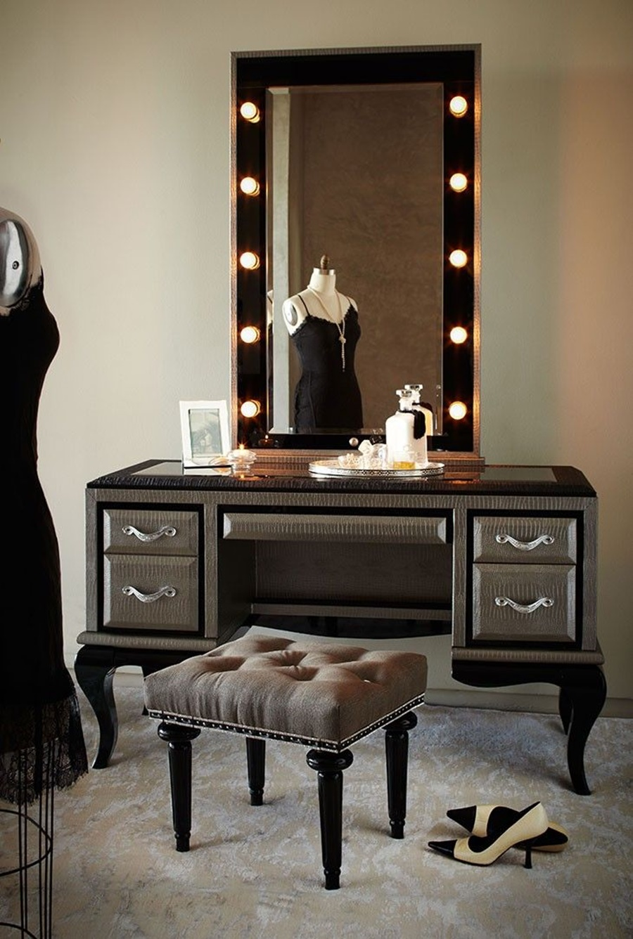 Image of: Vanity Desk With Mirror And Light