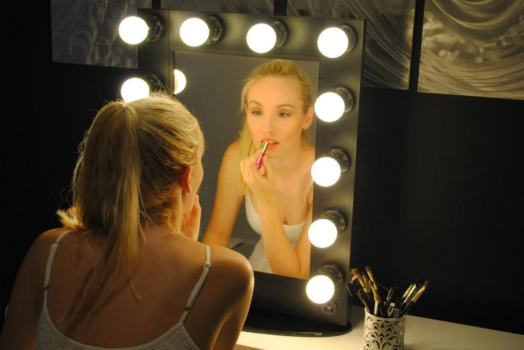 Vanity Mirror with Light Bulbs and Batteries