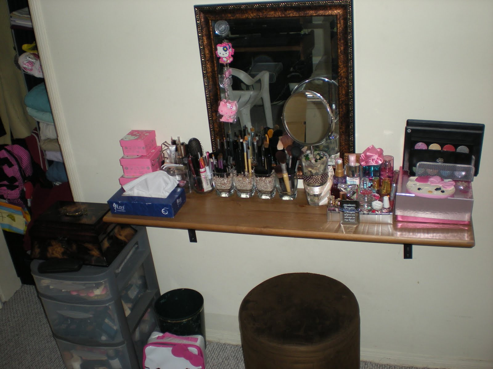 Image of: Decorative Vanity Table with Mirror and Bench Design