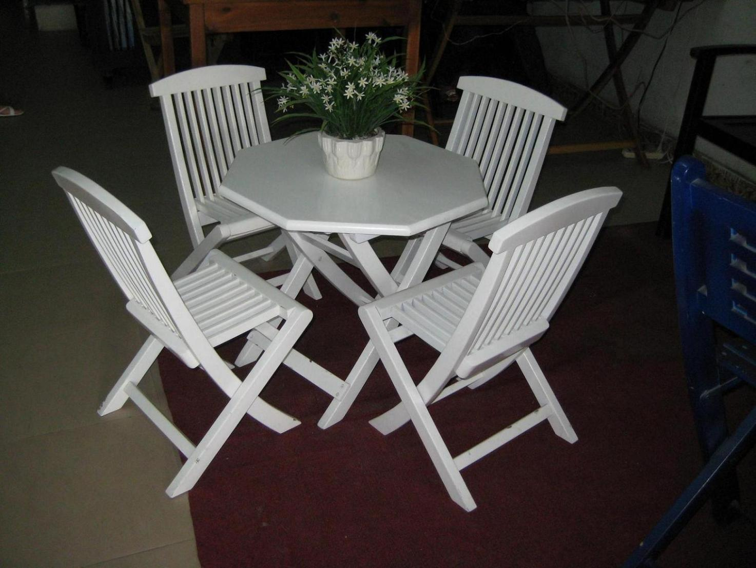 Image of: White Plastic Folding Chairs