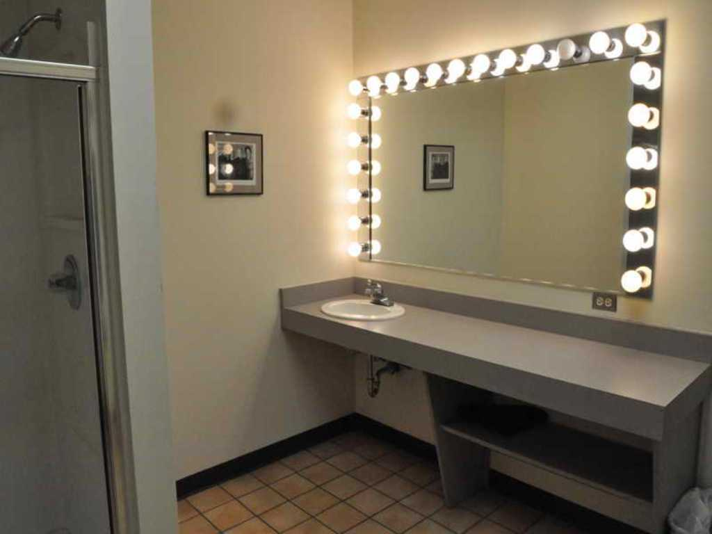 Image of: Bedroom Makeup Vanity with Lighted Mirror