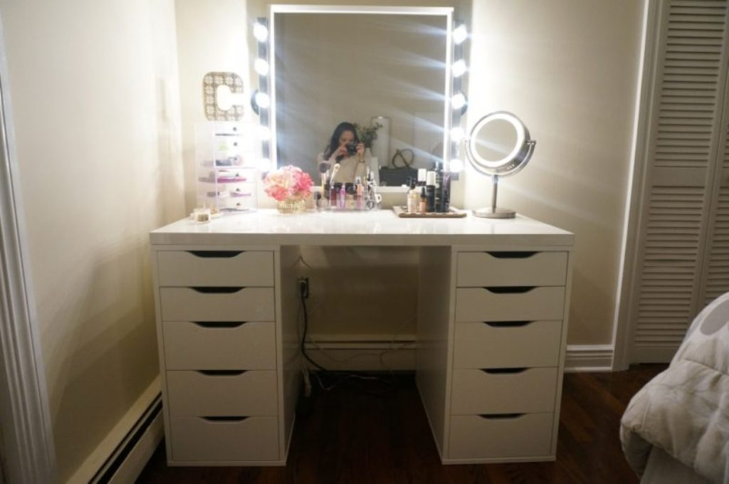 Image of: Makeup Vanity with Lighted Mirror and Chair