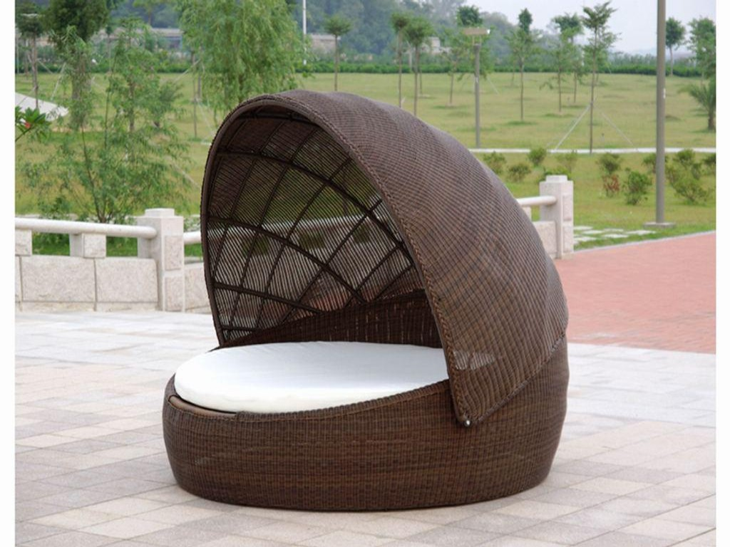 Image of: Modern Outdoor Daybed with Canopy