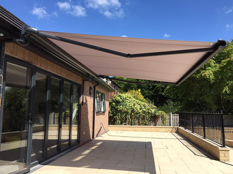 Image of: Modern Retractable Patio Awning