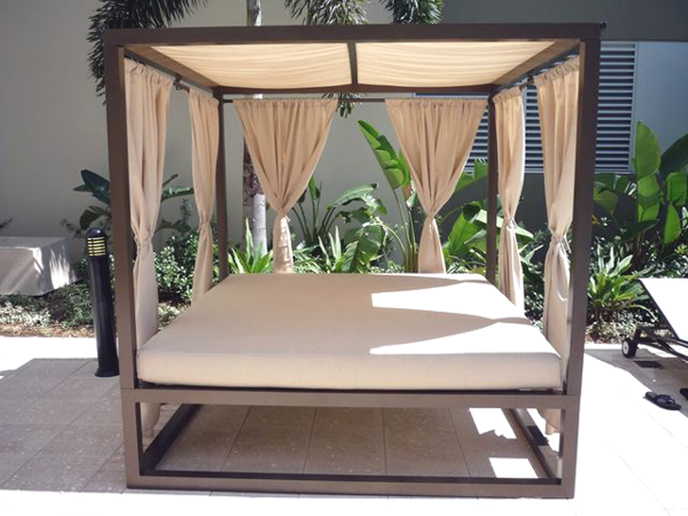 Image of: Outdoor Daybed with Canopy Curtains