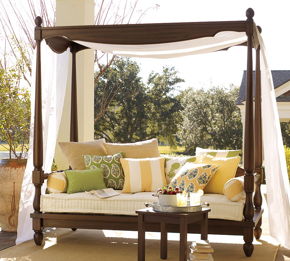 Image of: Outdoor Daybed with Canopy Decor