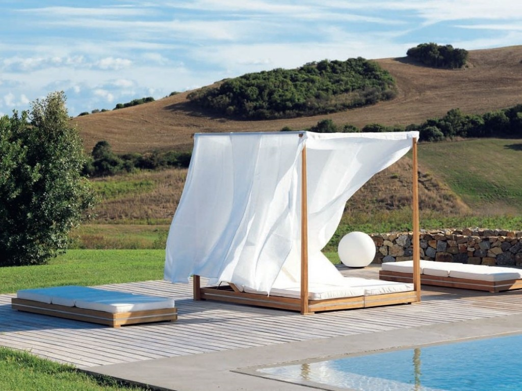 Image of: Outdoor Daybed with Canopy Designs